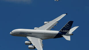 Chiếc A380 của Airbus bay biểu diễn trên bầu trời Le Bourget ngày 25/06/2017.