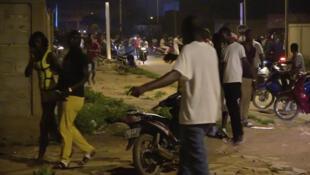 Cảnh khách trong nhà hàng bị tấn công chạy ra đường phố. Ảnh 13/08/2017, tại Ouagadougou, Burkina Faso.