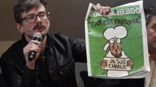 O cartunista Luz, nome artístico de Rénald Luzier, apresenta a capa da primeira edição que desenhou depois dos atentados de janeiro.