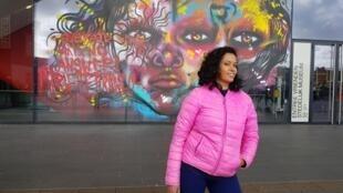 A street artist carioca Panmela Castro, diante de sua obra no Museu Stedelijk, em Amsterdã.