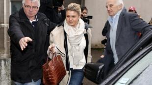 Corinna Schumacher, esposa do ex-campeão alemão da Fórmula, na saída do hospital de Grenoble, em 2 de janeiro de 2014.