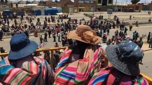 Partidários do ex-presidente Evo Morales bloqueiam o centro de distribuição de gasolina de La Paz nesse sábado, 16 de novembro de 2019.