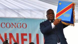Le nouveau président de la RDC Félix Tshisekedi, un exemplaire de la Constitution dans la main, lors de la cérémonie d'investiture, à Kinshasa, le 24 janvier 2019.