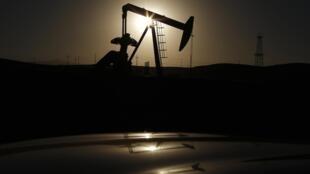 Khai thác giếng dầu tại California.