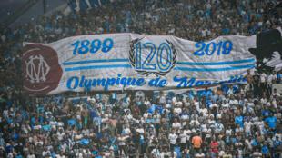 Les supporteurs marseillais fête le 120e anniversaire de la création de leur club lors du match Marseille/Saint-Étienne au stade Vélodrome, le 1er septembre 2019.