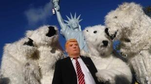 """Người biểu tình vì khí hậu, mang mặt nạ tổng thống Mỹ Trump và trang phục gấu trắng, với khẩu hiệu """"Protect the climate - stop coal/Bảo vệ khí hậu-chống than đá"""", Bonn, 04/11/2017, hai ngày trước COP23."""