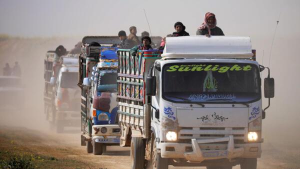 Caminhões carregados de civis andam perto da aldeia de Baghouz, na província de Deir Al Zor, na Síria, em 22 de fevereiro de 2019.