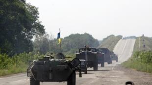 8月1日,烏克蘭政府軍武裝車輛開過烏克蘭東部頓涅茨克地區。