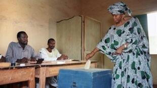 Une femme dépose son bulletin dans l'urne, le 12 avril 1992 au Mali, au cours de la première élection présidentielle pluraliste depuis l'indépendance.