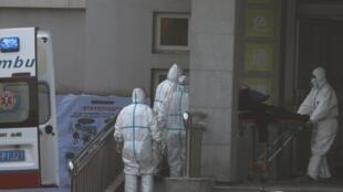 緊張工作的武漢醫護人員。
