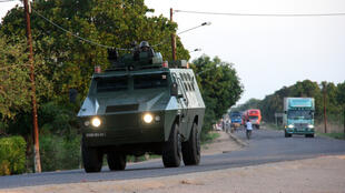 Escolta moçambicana de polícia.