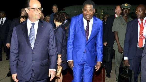 Benin's President Thomas Yayi welcomes François Hollande to Cotonou on Wednesday night