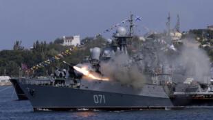 Un navire de la marine russe fait une démonstration dans la cité de Sébastopol en Crimée, lors des célébrations du jour de la flotte militaire, le 26 juillet 2015.