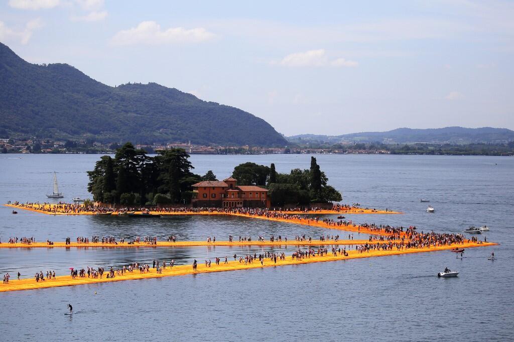 """Foto de archivo de """"Los Muelles flotantes"""" de Christo sobre el lago Iseo, en Italia."""