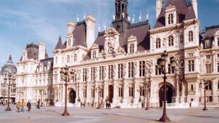 В двух залах мэрии Парижа будут принимать бездомных женщин