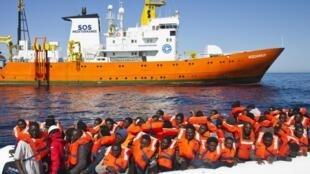 Transbordo de parte dos 620 imigrantes resgatados pelo navio Aquarius