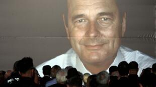 Des Français viennent rendre hommage à l'ancien président français Jacques Chirac à Nice, le 27 septembre 2019.