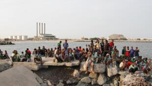 Imigrantes clandestinos na cidade portuário de Aden, no Iêmen, esperam para serem extraditados para a Somália.
