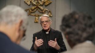 O porta-voz do Vaticano, Federico Lombardi, fala à imprensa após o julgamento de Paolo Gabriele