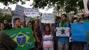 Comunidade brasileira realiza mobilização em Paris neste sábado em solidariedade aos protestos no Brasil.