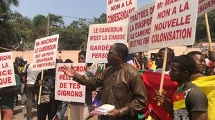 Une manifestation a eu lieu devant l'ambassade de France à Yaoundé le 24 février 2020. La plupart des manifestants portaient des drapeaux du Cameroun tandis que d'autres brandissaient des pancartes hostiles au président français.