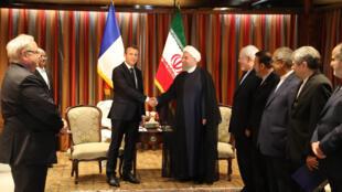Президент Франции Эмманюэль Макрон пожимает руку своему коллеге Хасану Рухани