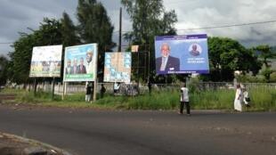 Des affiches de campagne à Moroni.