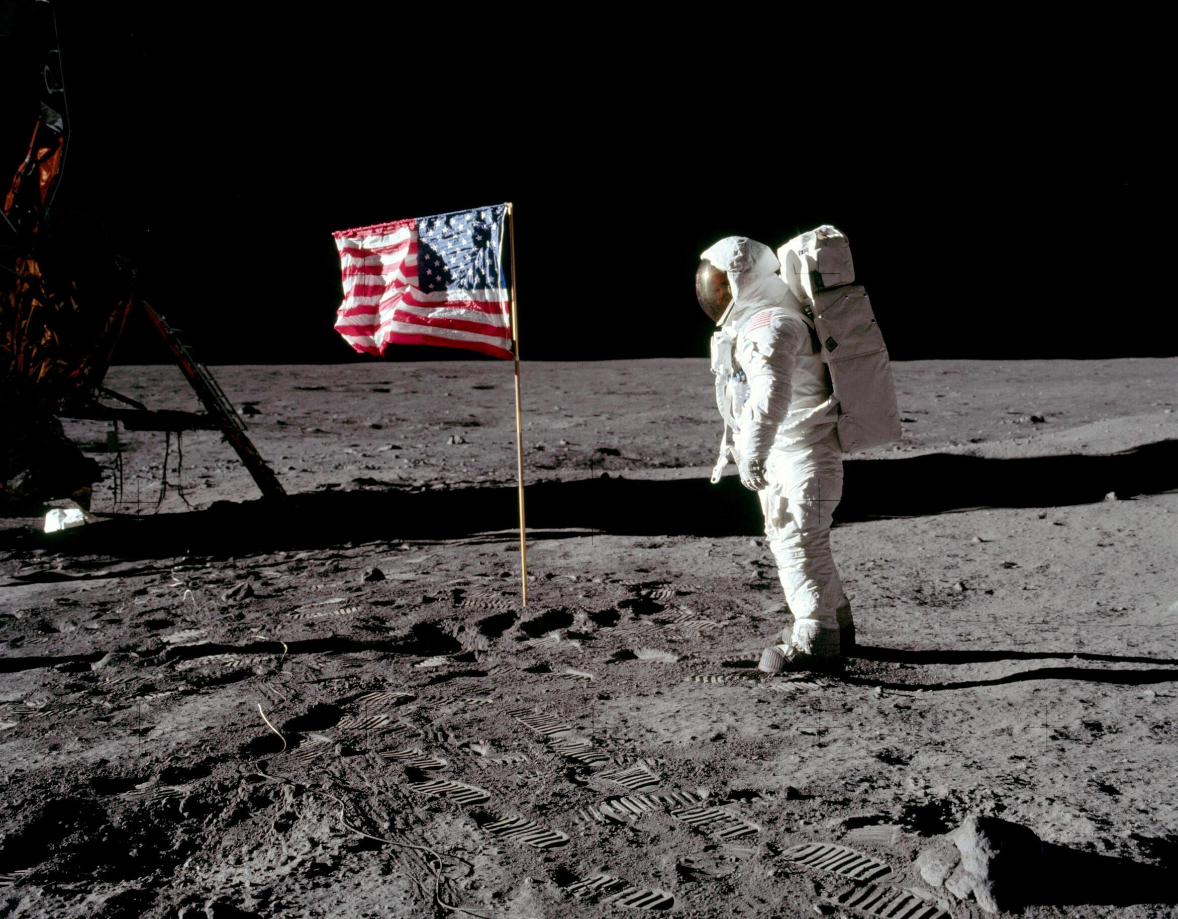 L'astronaute Buzz Aldrin, pilote du module lunaire pour Apollo 11, pose devant le drapeau américain.