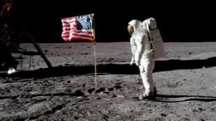 L'astronaute Buzz Aldrin, pilote du module lunaire pour Apollo 11, pose pour une photo à côté du drapeau des États sur la Lune, le 21 juillet 1969.