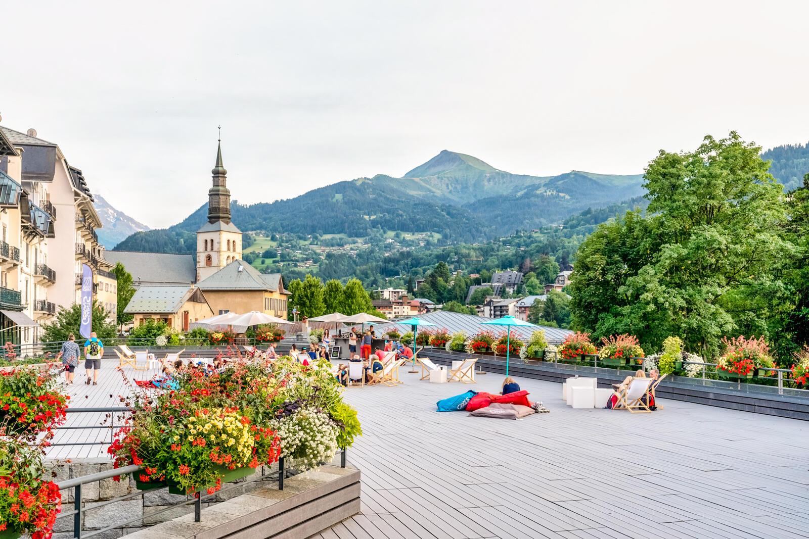 Вид на церковь и центр города Сен-Жерве со стороны эспланады имени Мари Паради, первой женщины-альпинистки.