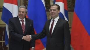 Le président cubain Raul Castro et le Premier ministre russe Dmitri Medvedev  à Moscou, le 6 mai 2015.
