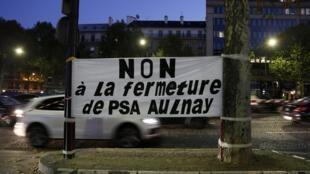 Trabalhadores da PSA Peugeot-Citroen manifestam contra fechamento da unidade da fábrica de Aulnay-sous-Bois, nas proximidades de Paris.