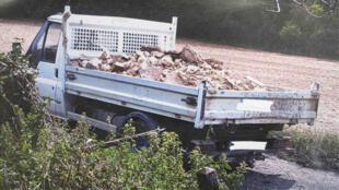 À Laigneville, un camion qui vient décharger ses déchets est pris en photo.