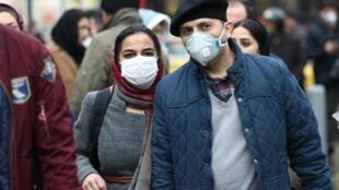 Habitantes de Teerão utilizam máscaras sanitárias para se proteger contra o Covid-19. 20 de Fevereiro de 2020