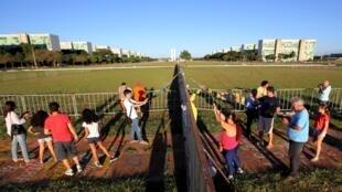 Muro que separa manifestantes pró e contra governo em Brasília.