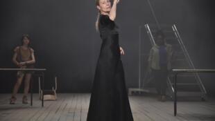Photographie de la comédienne Dominique Reymond, dans le spectacle «Le Reste vous le connaissez par le cinéma» de Daniel Jeanneteau, actuellement au T2G Théâtre de Gennevilliers.