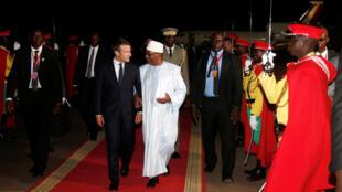 图为法国总统马克龙抵达马里总统 凯塔接机与马克龙红地毯寒暄