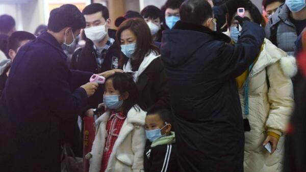 武漢肺炎疫情下,被測量體溫的中國民眾資料圖片