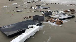 Téléviseurs à écran plat et débris échoués sur la plage de Terschelling aux Pays-Bas, le 2 janvier 2019, après la perte en mer par un navire de quelque 270 conteneurs.