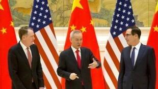 中美贸易谈判三位核心人物,中:中国副总理刘鹤;右:美国财长姆努钦;左:美国贸易代表莱特希泽,2月14日在北京钓鱼台国宾馆。