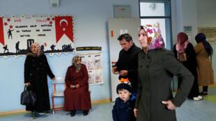 Electores en un centro de votación de Estambul. Turquía, 31 de marzo de 2019.