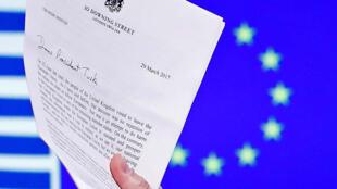 Documento assinado pela primeira-ministra Theresa May com o qual o governo britânico comunicou oficialmente aos seus sócios europeus sua decisão de abandonar o bloco.