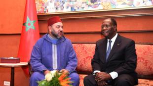 De g. à dr. : Le roi du Maroc Mohammed VI et le président ivoirien Alassane Ouattara, à Abidjan.