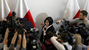 Посол Израиля в Польше Анна Азари беседует с представителями СМИ после встречи с главой польского Сената Станиславом Карчевским, Варшава, 31 января 2018.