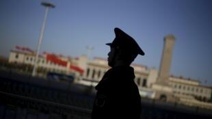 图为北京2016年3月两会人大会堂外一名警方人员执勤