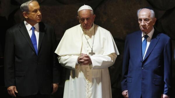 Papa Francisco entre o premiê israelense Benjamin Netanyahu (e) e o presidente Shimon Peres (d) durante cerimônia em Jerusalém nesta segunda-feira, 26 de maio de 2014.