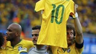 David Luiz exibe camiseta de Neymar antes do jogo contra a Alemanha.