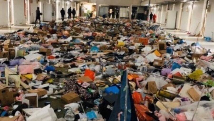 武汉软件工程职业学院的学生宿舍被要求腾出来作为临时医院,学生宿舍的物品全都被当成垃圾清扫出来。