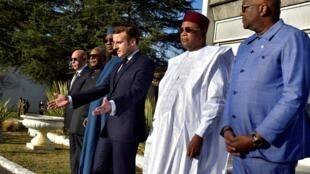 Le président français Emmanuel Macron et les chefs d'État africains du G5 rendent hommage aux soldats français décédés au Mali, lors du sommet de Pau, le 13 janvier 2020.