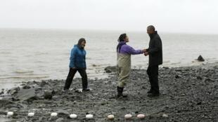 O presidente dos EUA, Barack Obama, fala com pescadores à beira do rio Nushagak em Dillingham, no Alaska, um território ameaçado pelas mudanças climáticas.